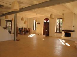 ....och det stora rummet med gult betonggolv.