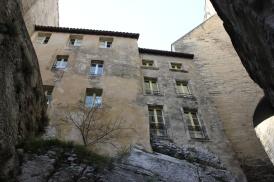 Husen klättrar på klipporna runt palatset