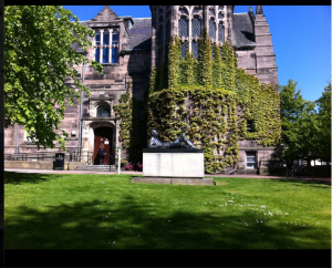"""New King's College, Aberdeen med """"The Reclining Student"""" (maj 2011)"""