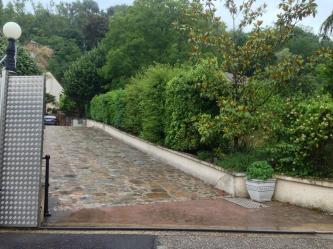 Rejäla grindar in till La Villa du Rhône...