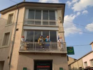 Mittemot gatan har sportdockor balkonghäng