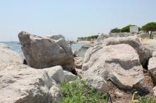 Badliv skymtas bakom stenarna