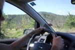 Händerna på ratten och blicken framåt
