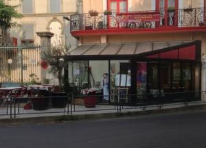 I Léas uterum står förstås en servitris