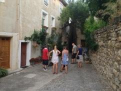 sakta vi gå genom byn...