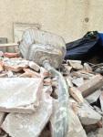 Huset mittemot Léas renoveras och allt åker ut utan urskiljning. They don't do WC:s like they used to...