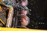 Maskinen tuggar i sig druvor och blåser undan det mesta av löven