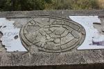 Orienteringstavla i sten - fin, men tyvärr har informationen pillats bort av någon mindre nogräknad