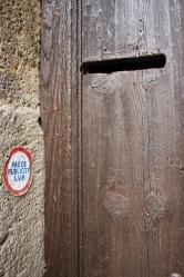 Ett pyttelitet brevinkast i dörren