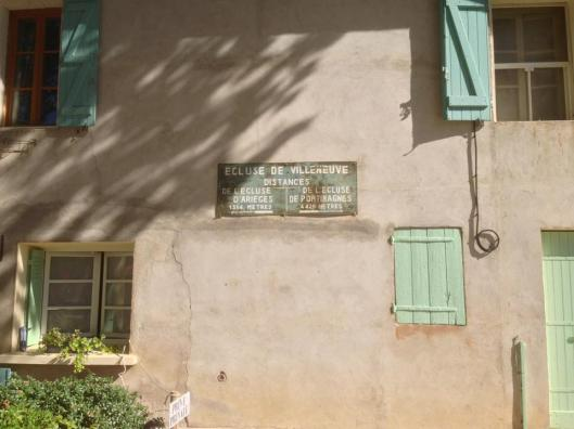 Arga slussvaktens hus med info om avstånd mellan slussarna