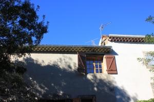 Sol på sovrumsfönstret men skugga på gårdsplanen