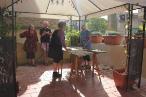 Målarworkshop i värmande eftermiddagssol