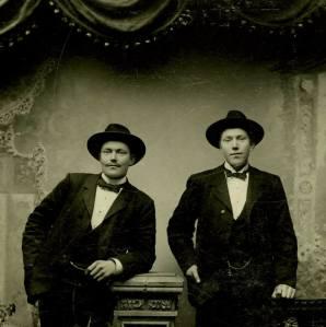 Farfar Johan till höger
