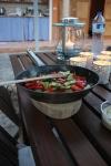 ... så kommer maten på bordet ovanpå ett grytunderlägg tillverkat av agent géneral av en bit borthugget akaciaträd