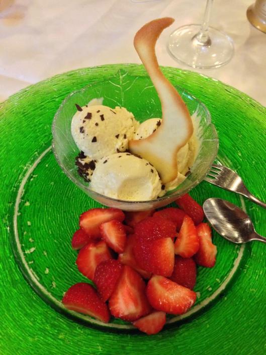 avrundade med glass och jordgubbar