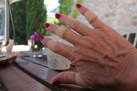Skinnflådda fingrar. Ull är vasst!