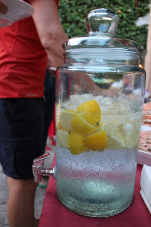 ... och bubbligt vatten med djupfrysta citronklyfter i tapp från Granit