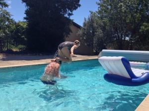 Sus och Erik hoppar i poolen