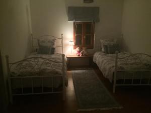 Nya sängar i fejat rum redo för gäster
