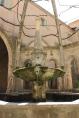 Ur fontänen huggen ur ett enda stenblock porlar vatten från en källa som upptäcktes redan av de gamla romarna