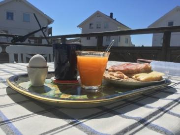 Sen frukost i solen