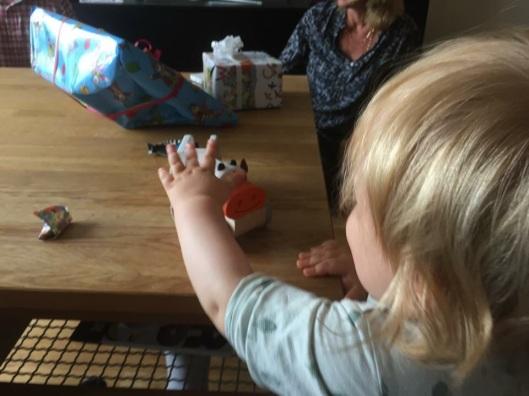 Leker med kotraktor från oldemor