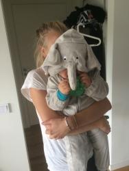 Bertil i ny elefantdräkt i mosterns famn