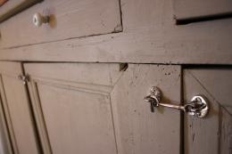 ... har med min benägna hjälp och en skruvmejsel funnit sin plats på det gamla skåpet i poolhuset