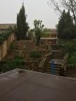 ...fast älskar trädgården ändå. På terrassen ligger tjärpapp i väntan på carrelage.