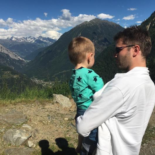 Bertils mamma mms:ade bilden på far, son och alptoppar