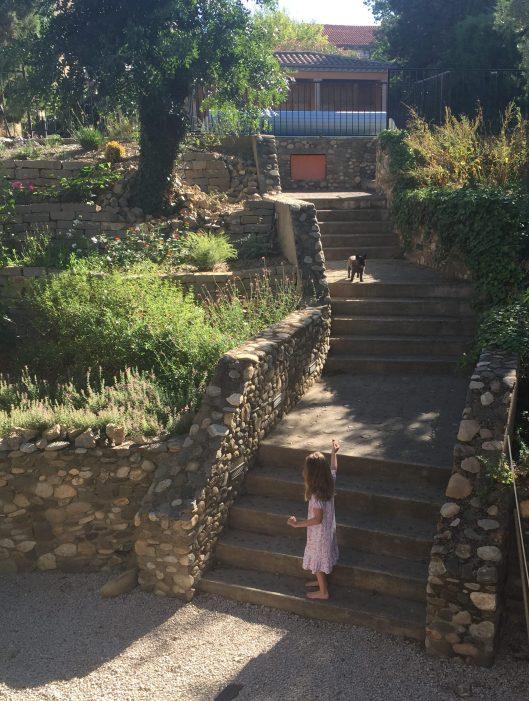 Ingrid försöker få med sig Wilda nerför trappan