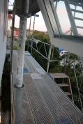 med en balkong på framsidan och en trappa (ungefär där stegen står) med en avsats som sedan svänger ut mot gatan