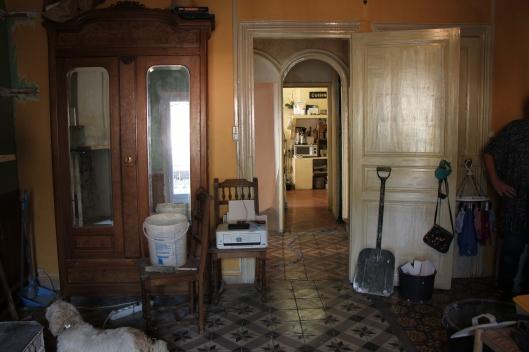 I fonden köket, i förgrunden väggar och portal som kommer att rivas. Och ser ni golvet?