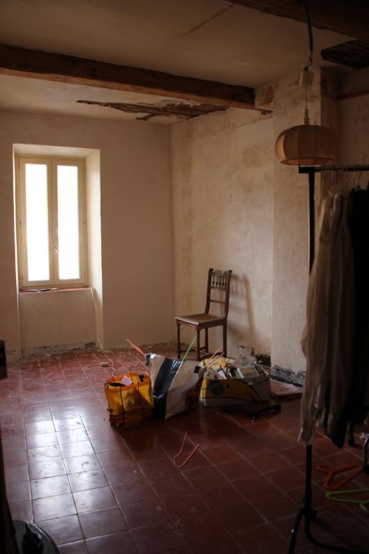 Tildes rum med thomeller i original på golvet och de gamla bjälkarna befriade från sina fula lådor.
