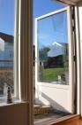 Öppen terrassdörr mot varm senoktobersol