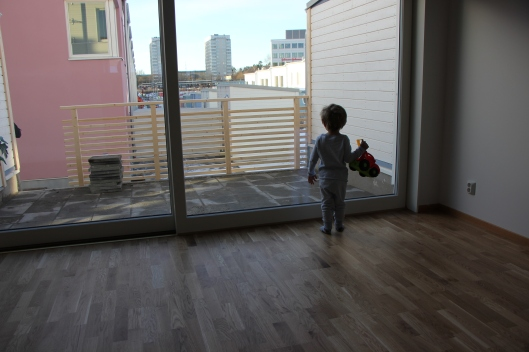 Bertil i nya huset innan flyttlasset kom