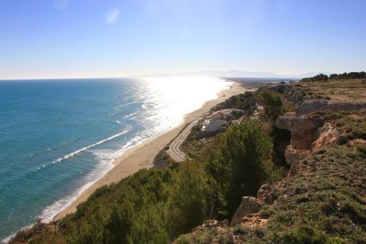 Vidsträckta stränder och små undangömda vikar mellan de branta klipporna...