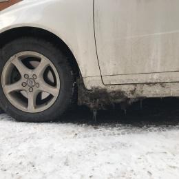 Tjocka, skitiga kokor på bilen...