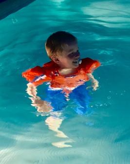 Förtjust Bertil i upplyst pool...