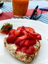 Jordgubbar på surdegsfralla - mer sommarfrukost än så blir det inte!